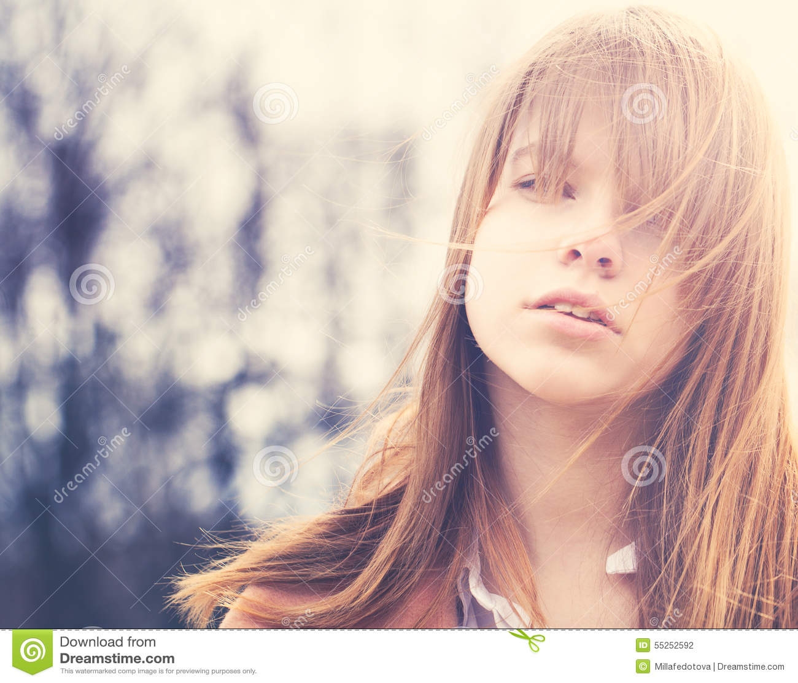 Menina despreocupada com Windy Hair Outdoors
