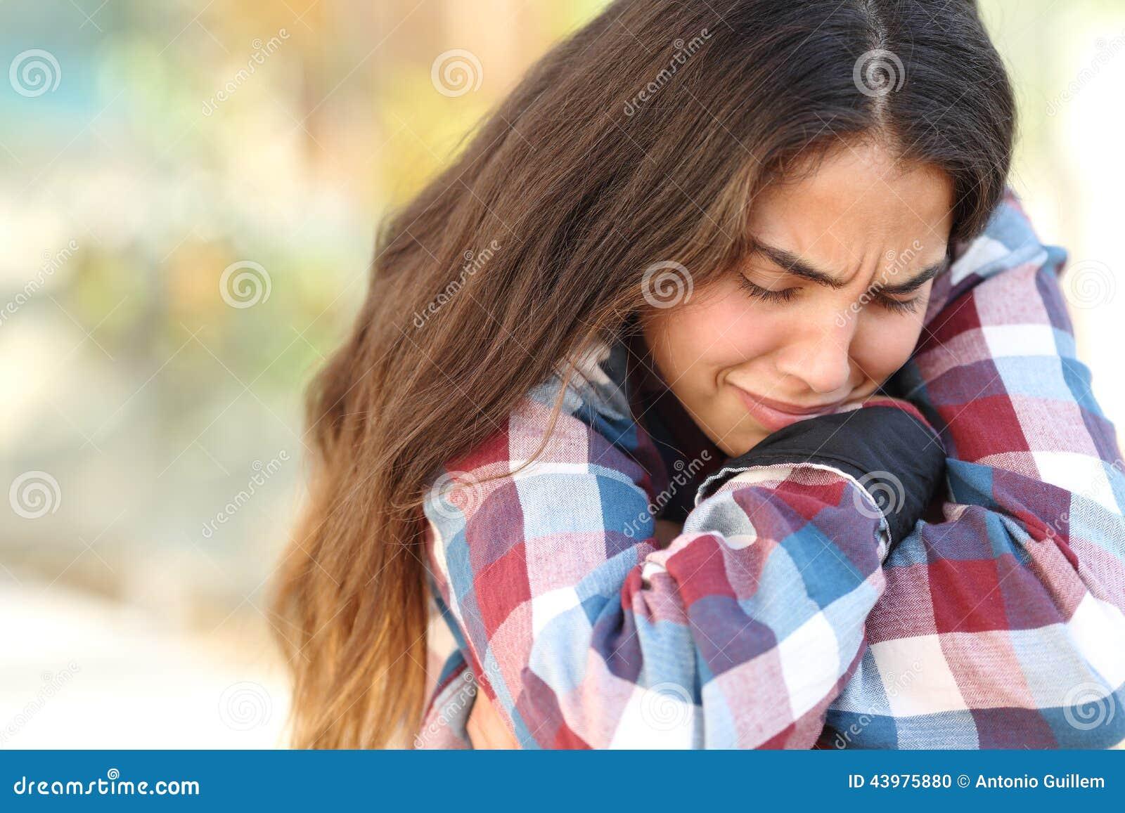 Menina do adolescente preocupada e triste fora