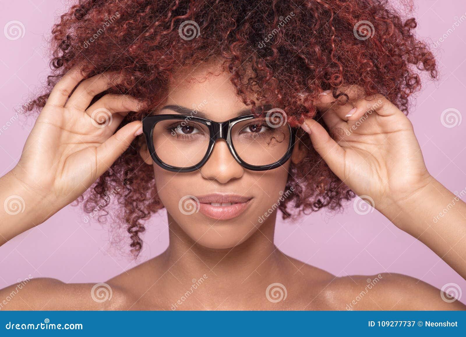 Menina do Afro nos monóculos, sorrindo