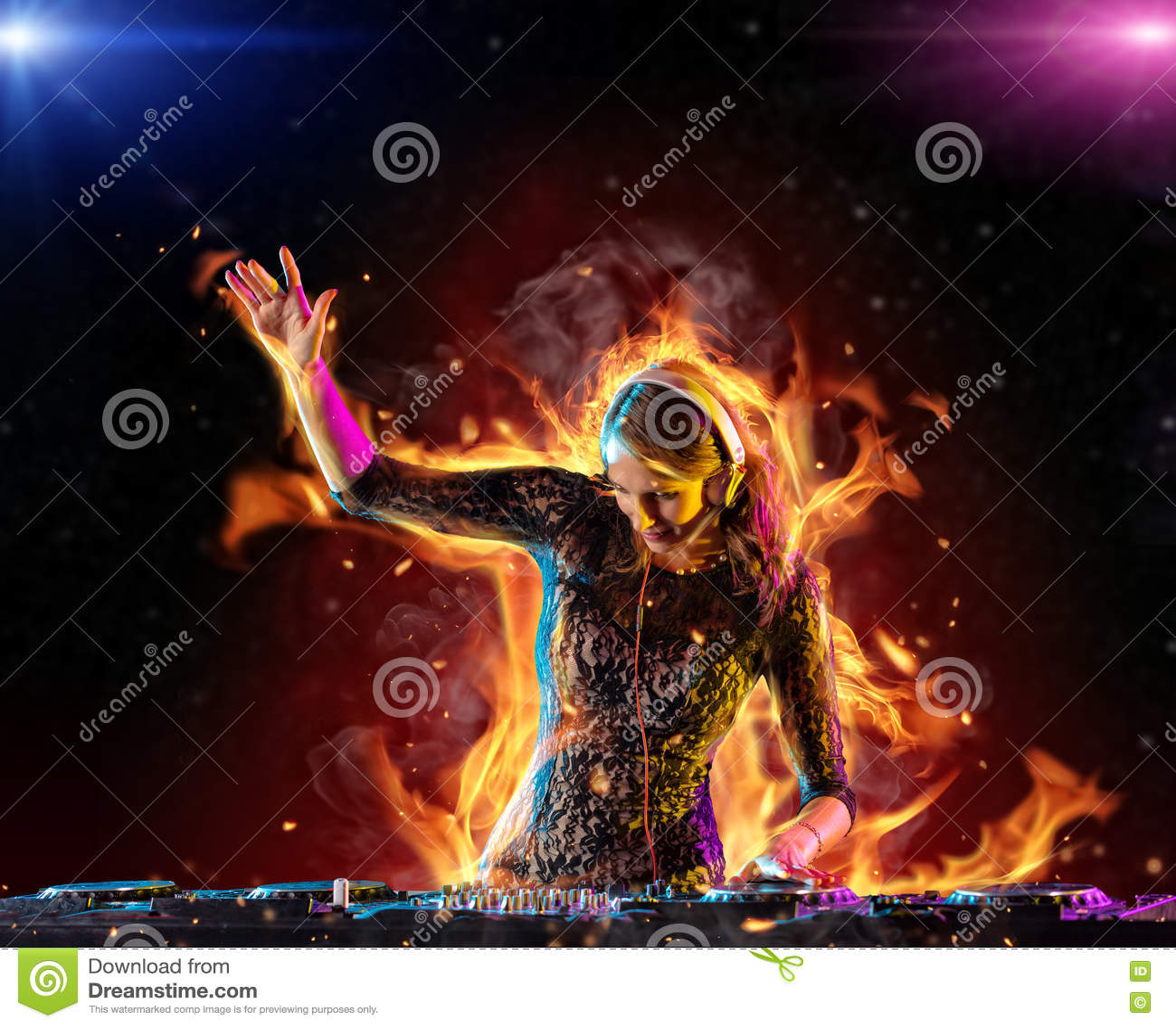 Menina do DJ que mistura a música eletrônica no fogo
