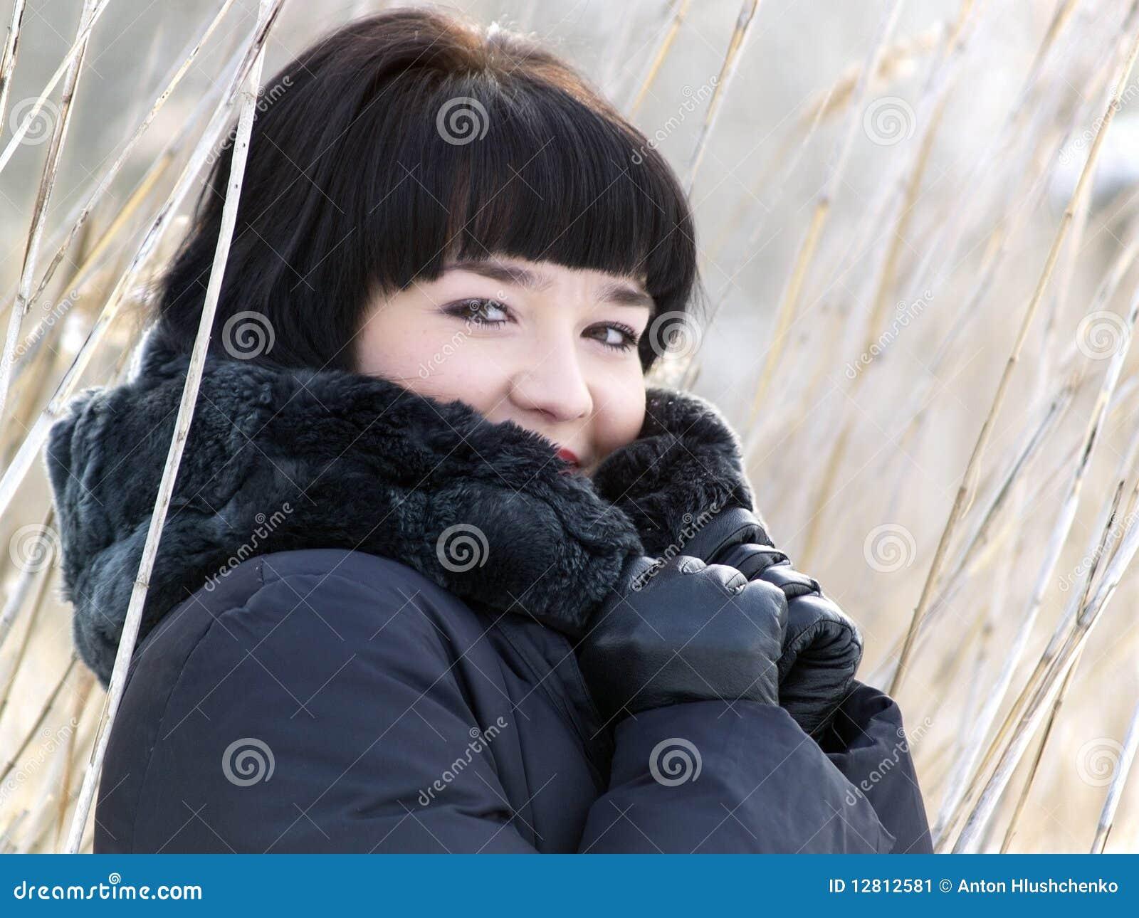 Menina do inverno na lingüeta ao ar livre