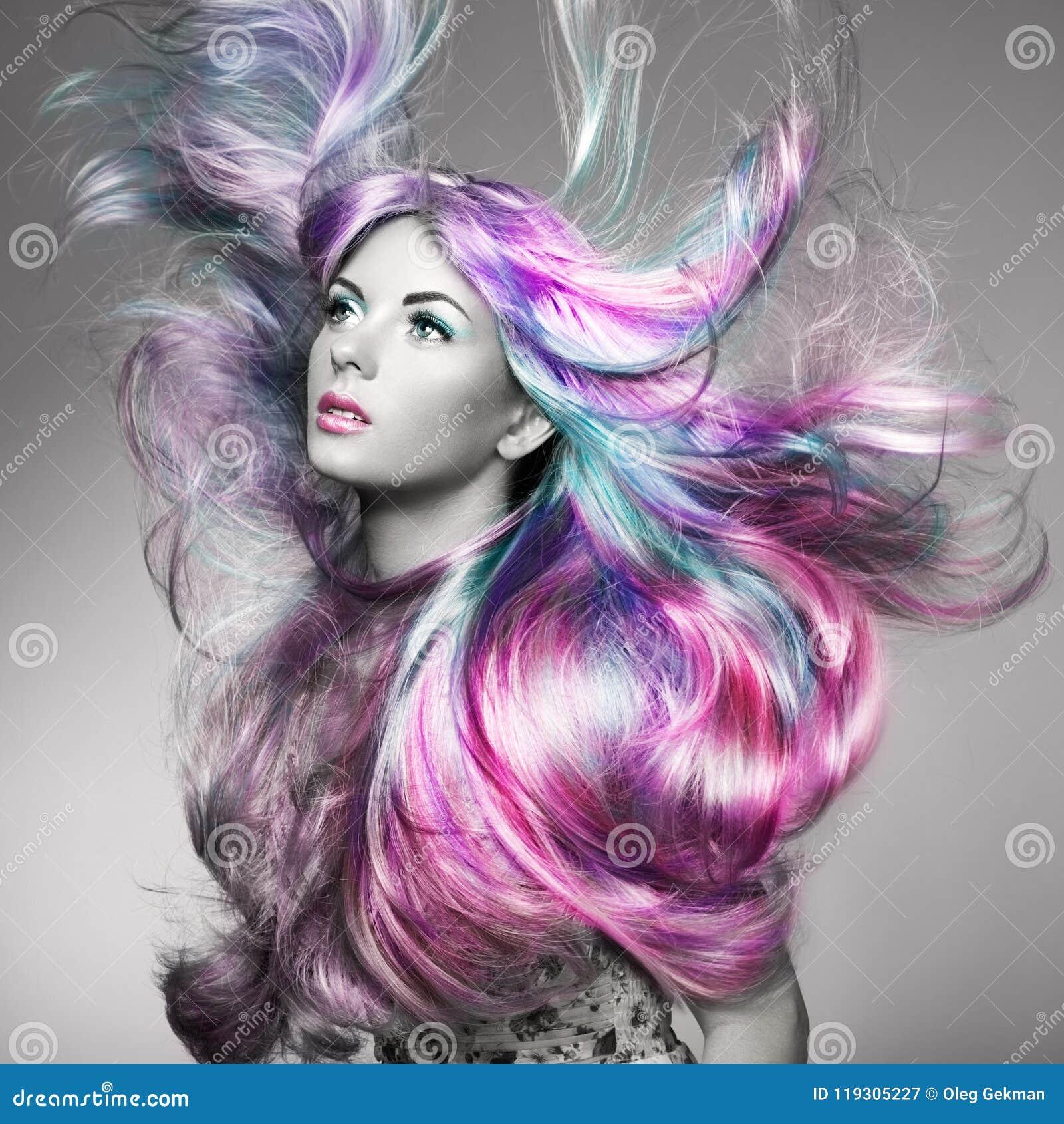 Menina do modelo de forma da beleza com cabelo tingido colorido