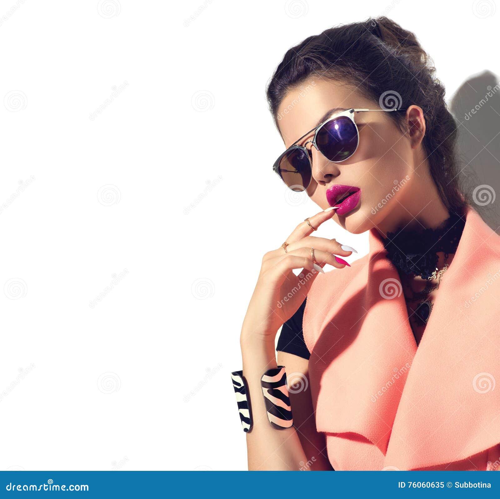 Menina do modelo de forma da beleza que veste óculos de sol à moda