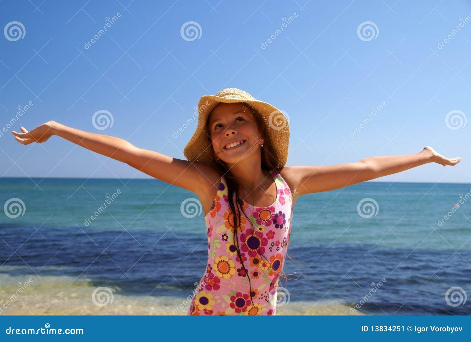 Menina do Preteen na praia do mar