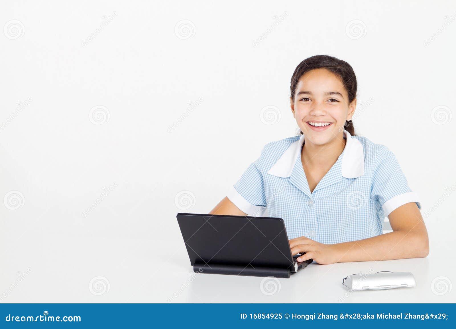 Menina do Preteen que usa o portátil