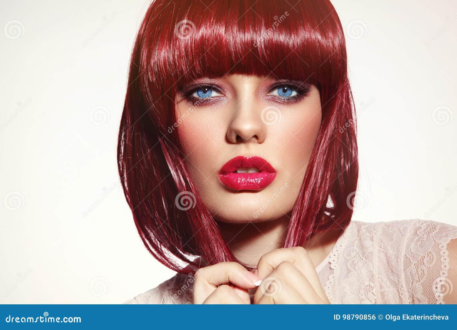A menina do ruivo da forma com corte de cabelo do prumo e à moda bonitos fazem