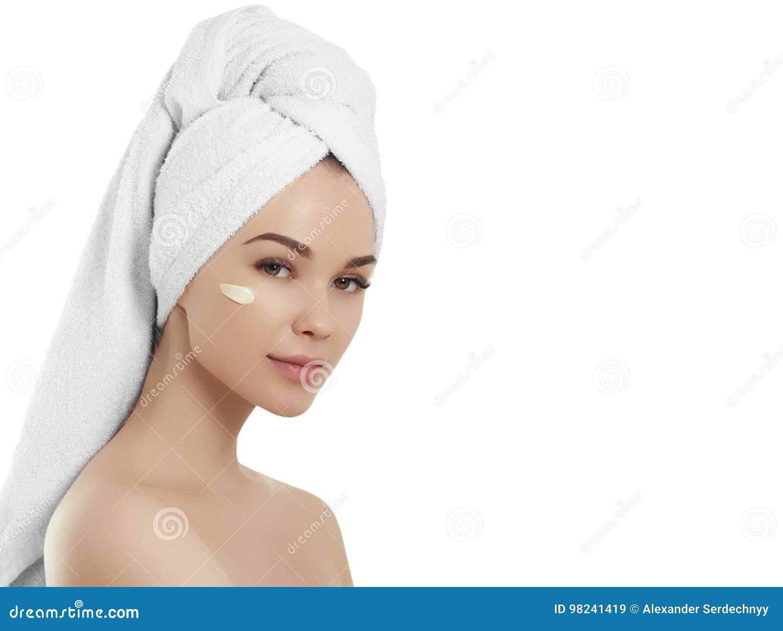 Menina dos termas Jovem mulher bonita após o banho que toca em sua cara Pele perfeita Skincare Pele nova
