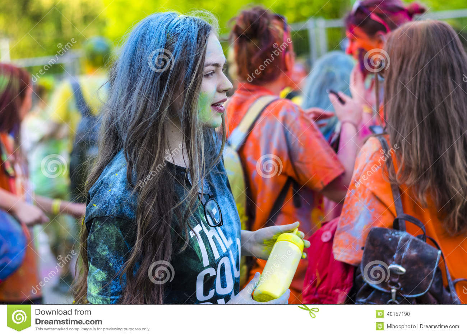 A menina drapejou no pó azul na corrida da cor