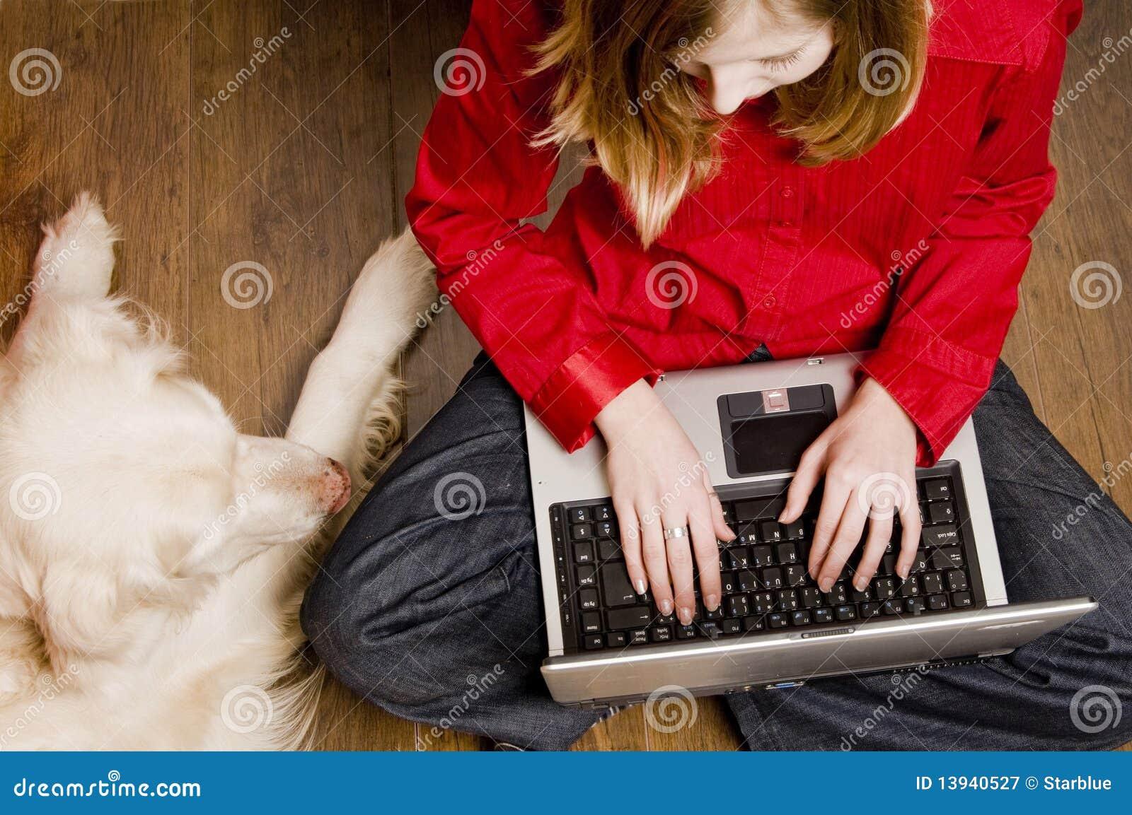 Menina e cão do Internet