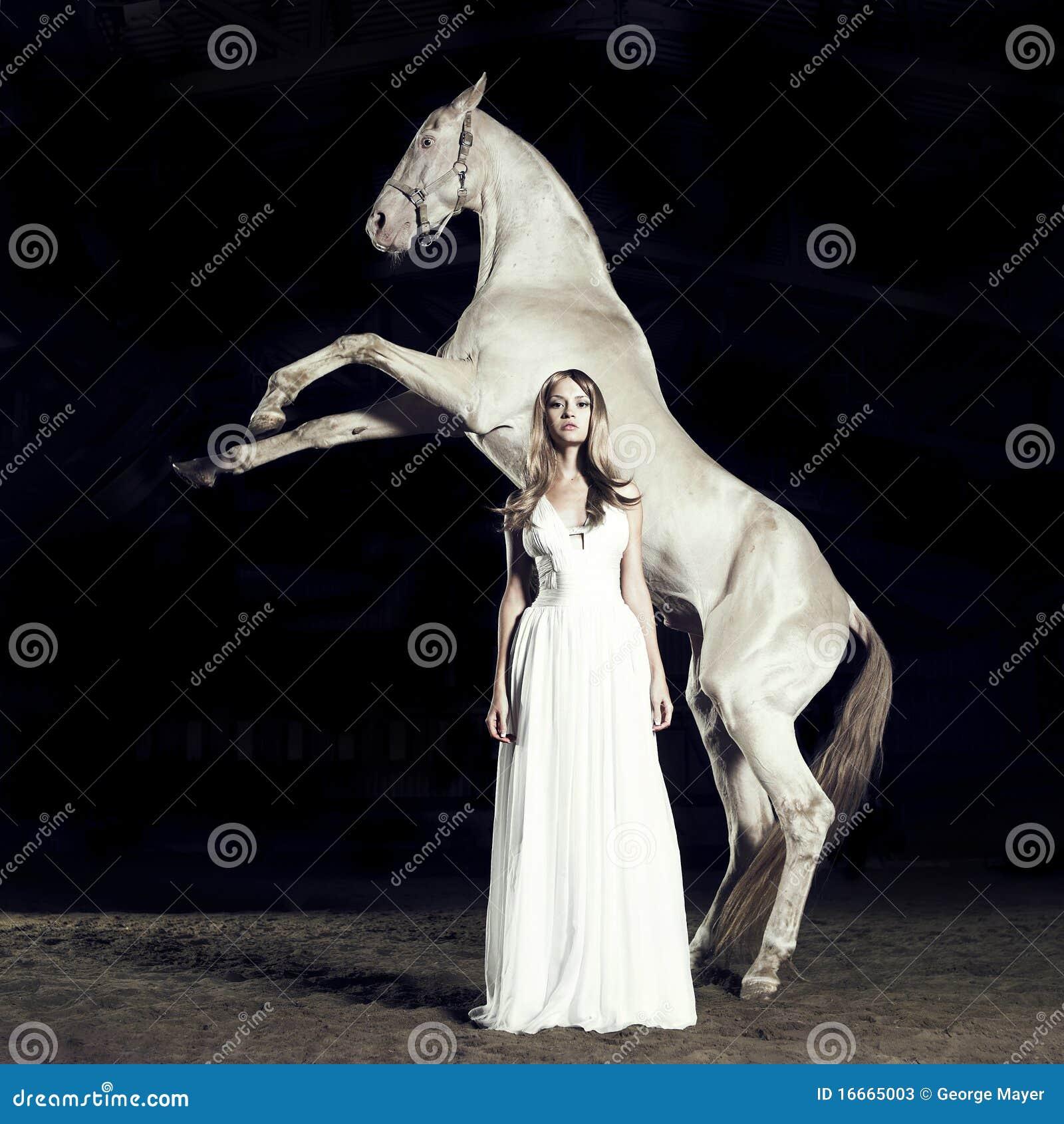 Menina e cavalo bonitos