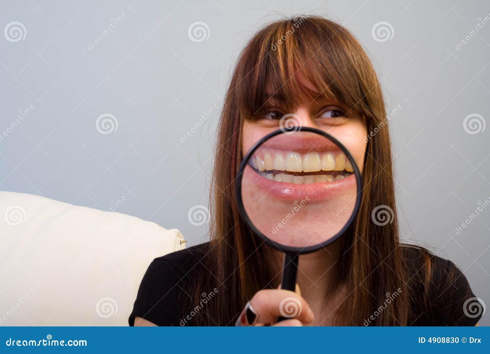 Menina e magnifier na boca