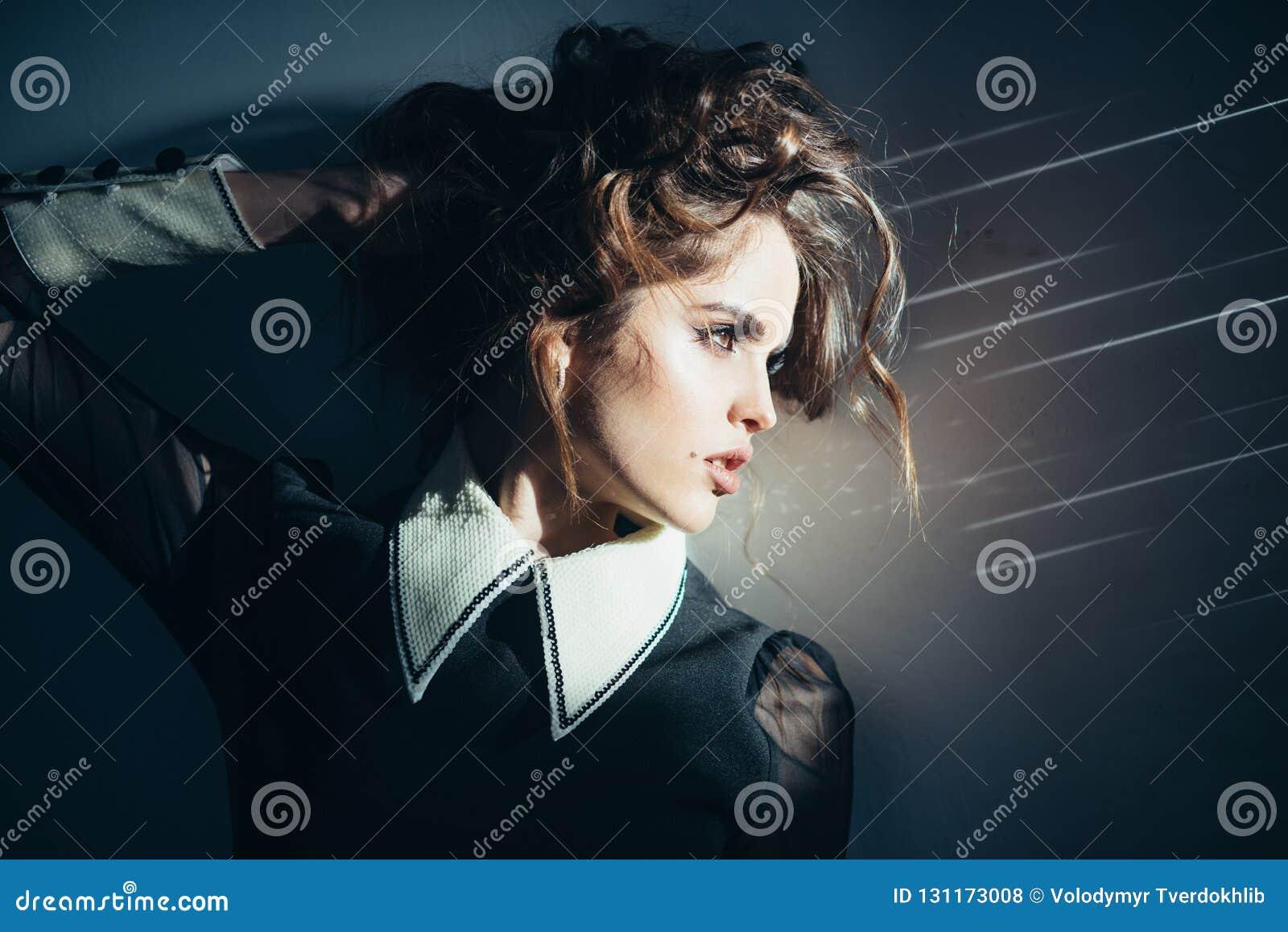 Menina elegante com cabelo curly olhar da beleza e da forma Lindo e bonito Mulher do vintage com composição, estilo clássico