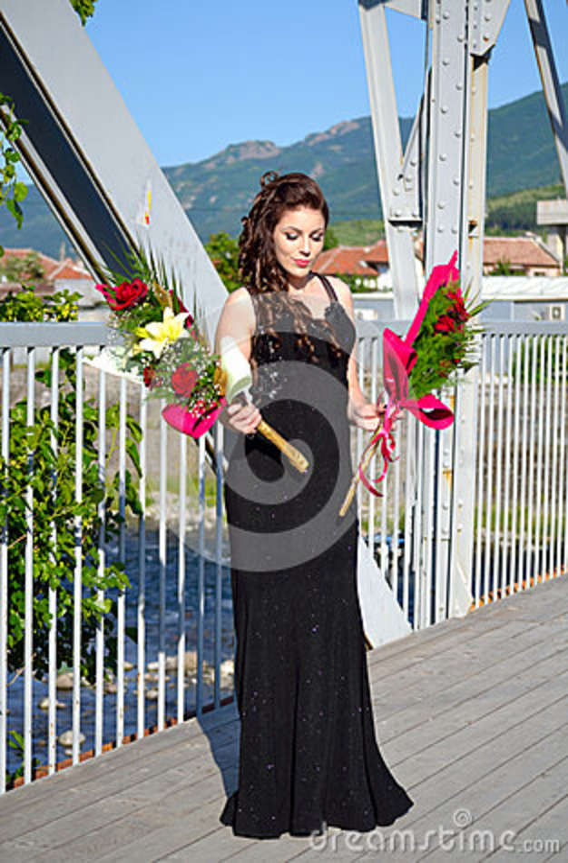 Menina elegante do baile de finalistas da beleza com flores Bulgária