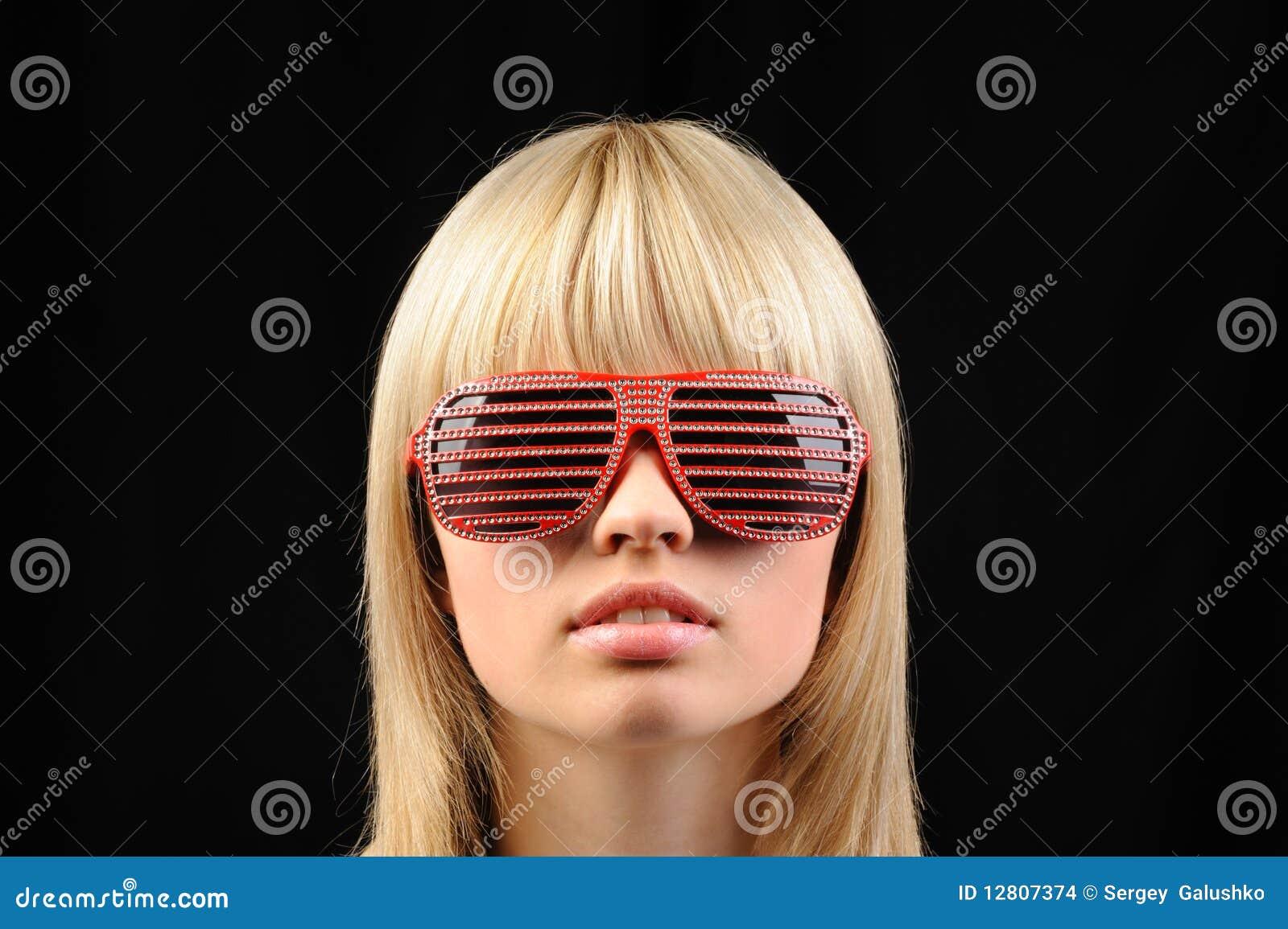 A menina em óculos de sol à moda - jalousie