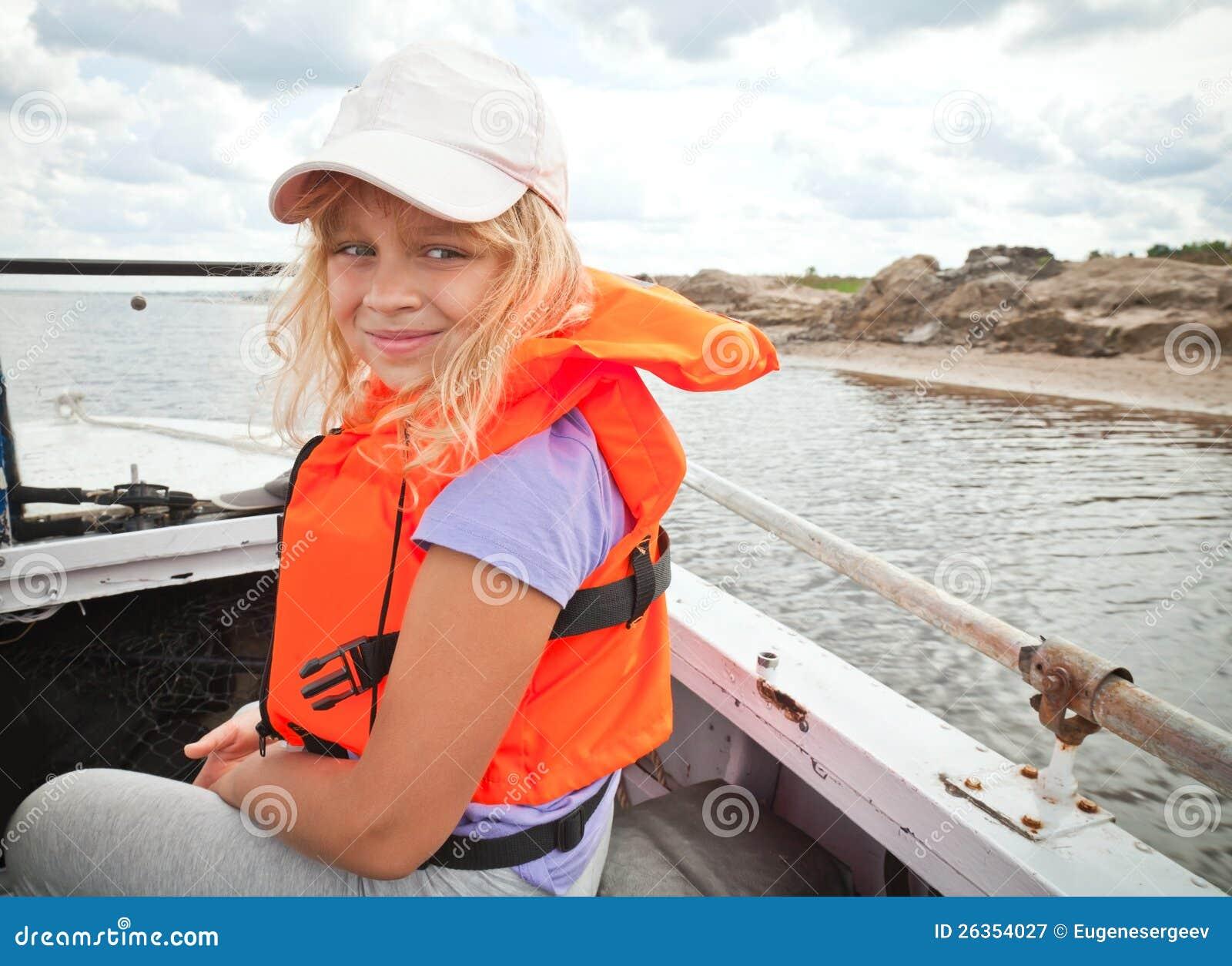 Menina Em Um Bote Desgasta O Colete Salva vidas Vermelho Fotografia  #C61C05 1300 1035