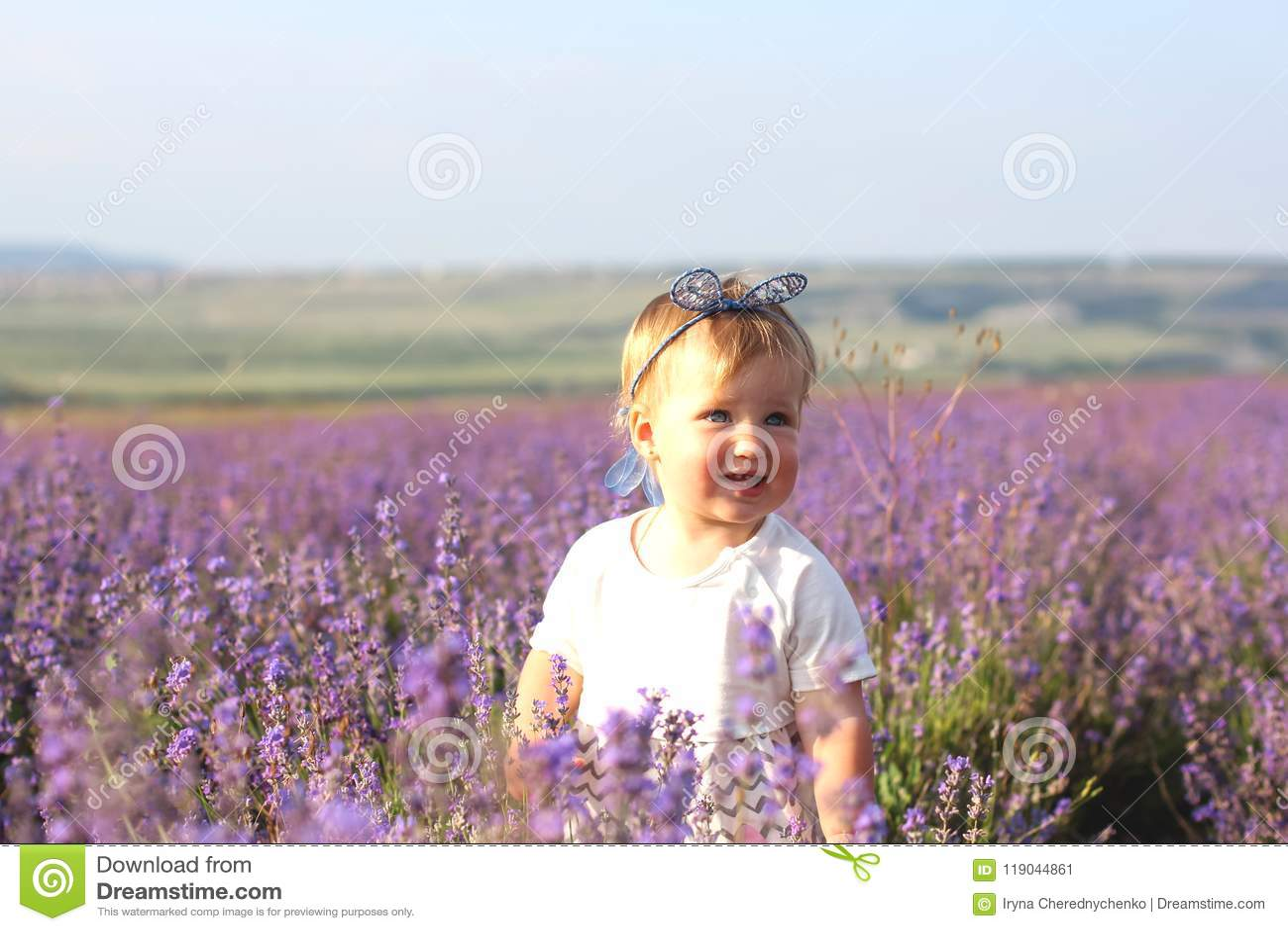 Menina em um campo da alfazema