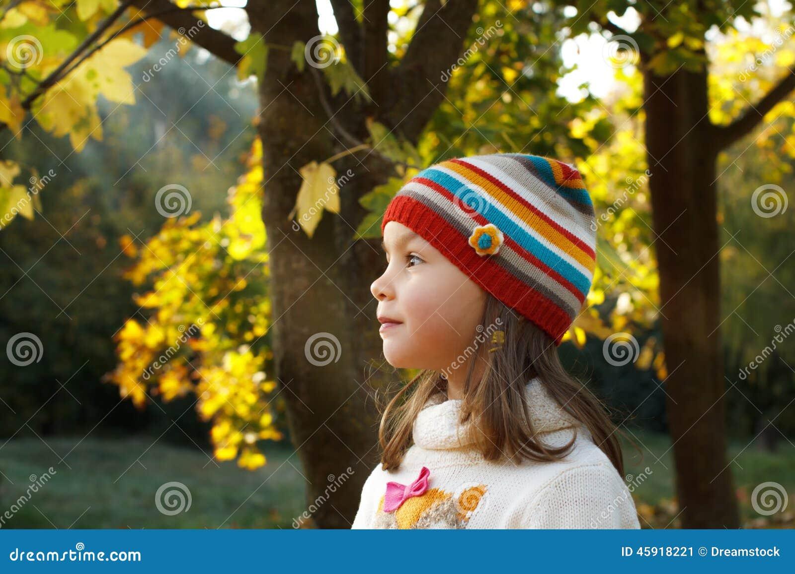 Menina em um parque do outono