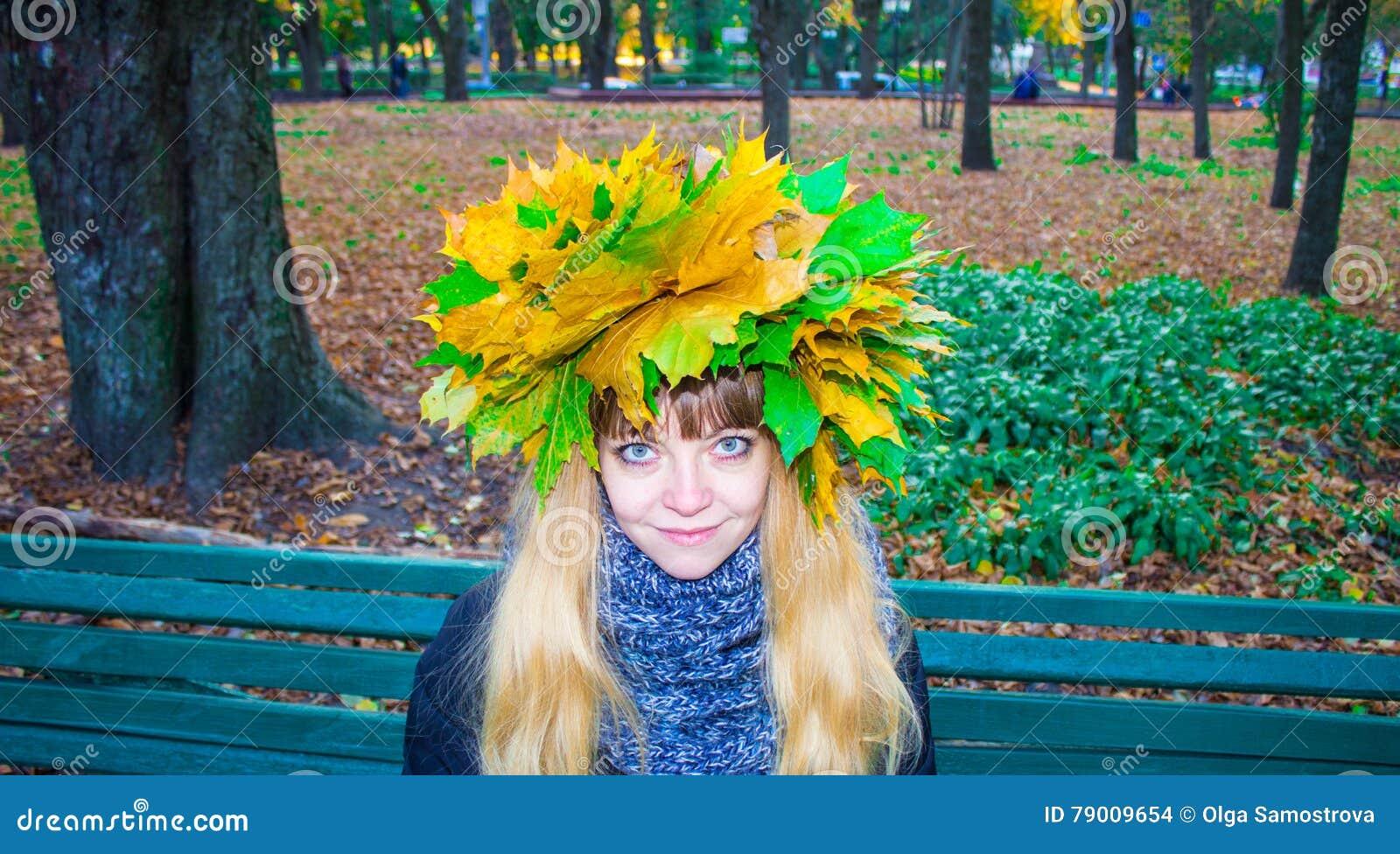 Menina em um parque em Wienke das folhas de outono no parque Close-up