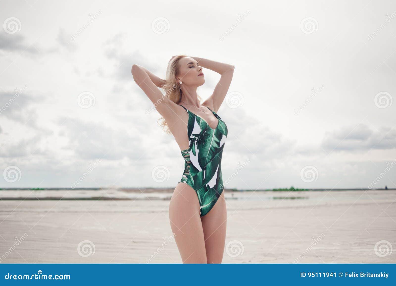 Menina em um roupa de banho na praia