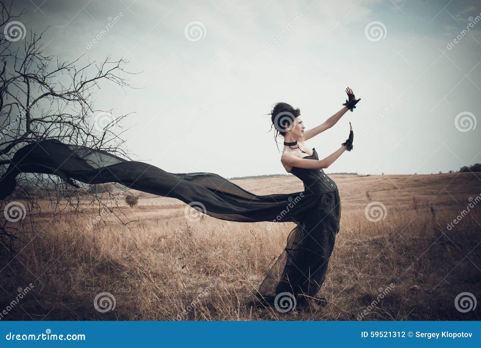 A menina em um terno gótico