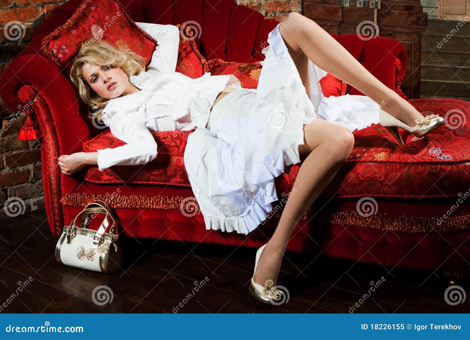 Menina em um vestido branco