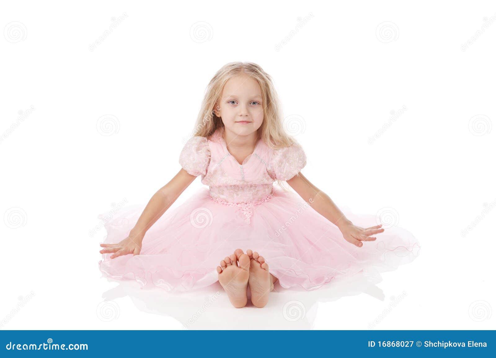 Menina em um vestido elegante cor-de-rosa.