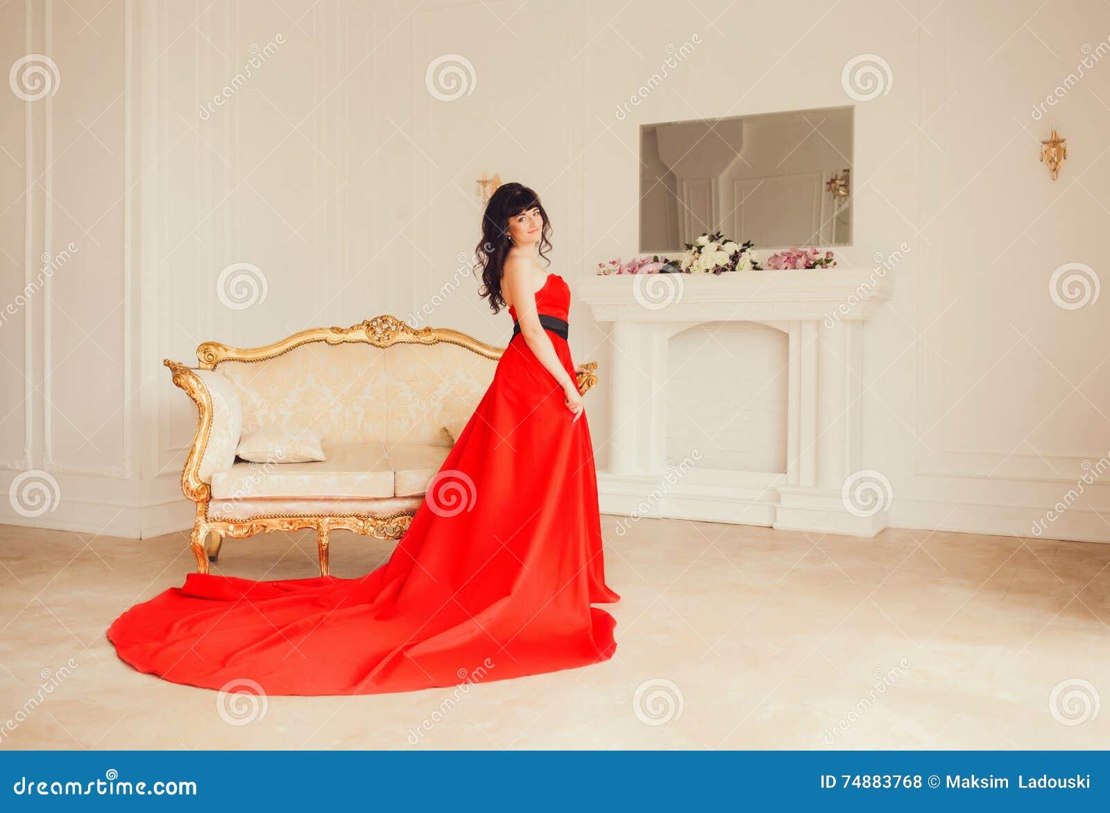 Menina em um vestido vermelho luxuoso