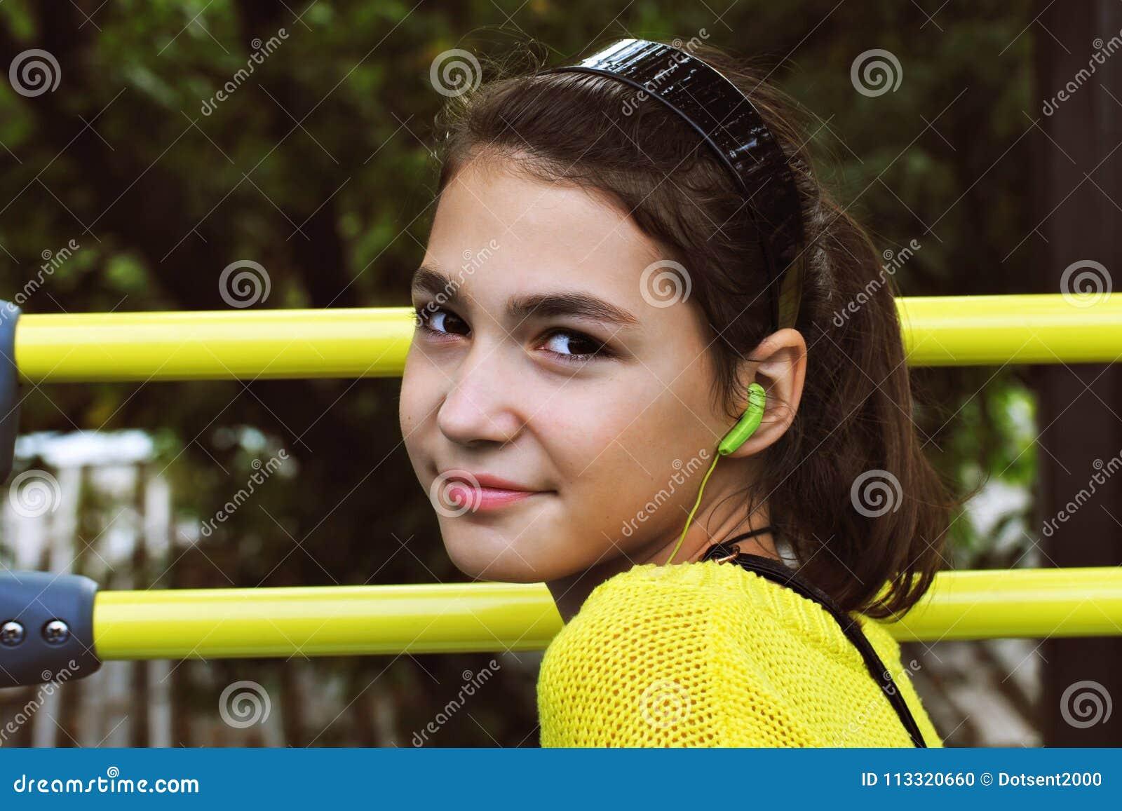 Menina em uma camiseta amarela
