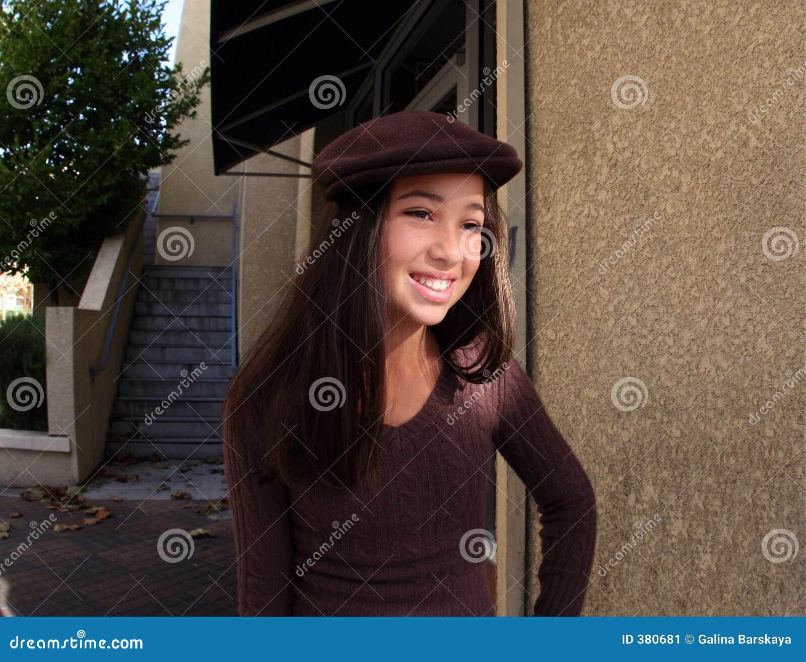 Menina em uma cidade
