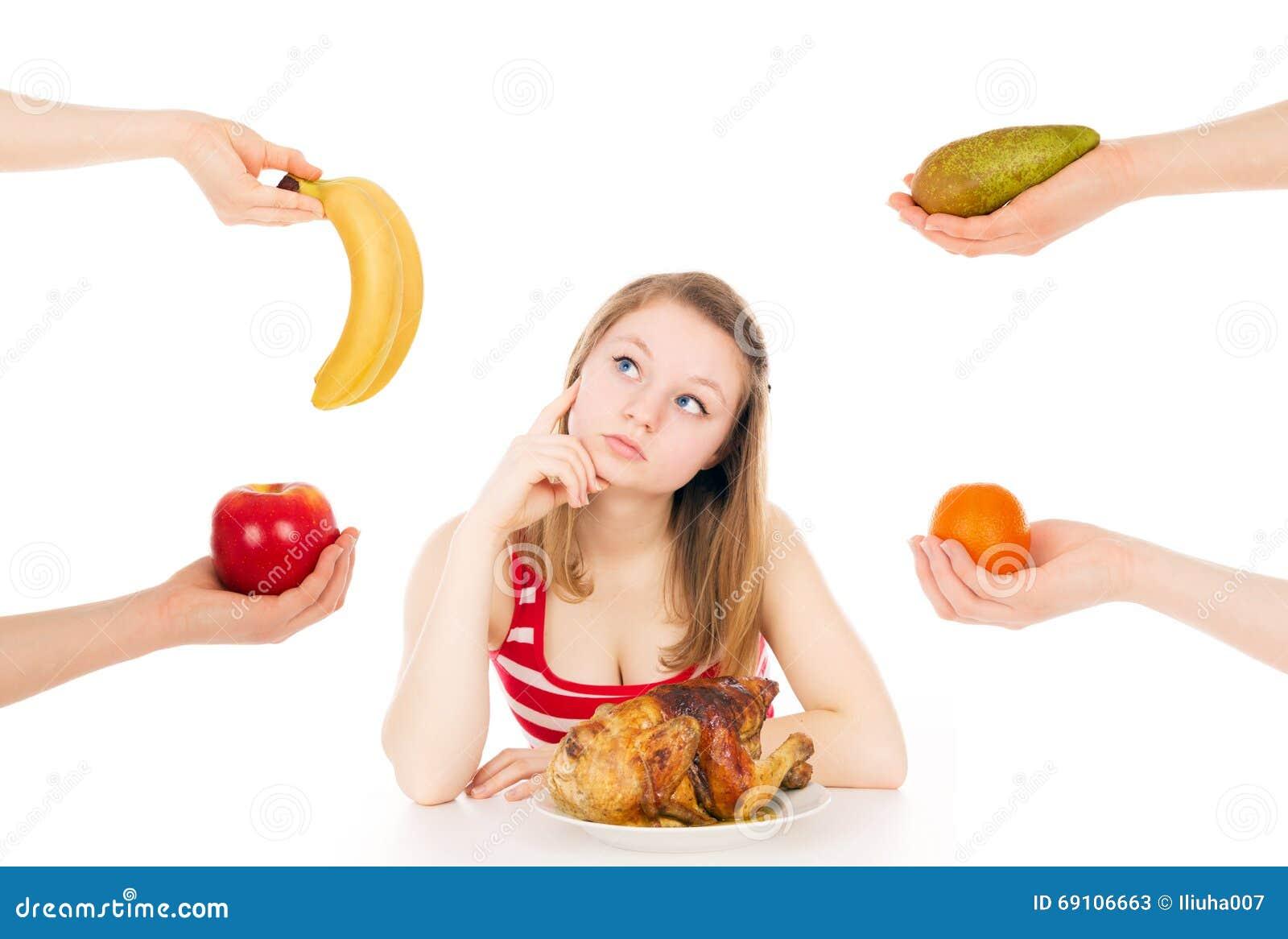 A menina em uma dieta pensa para escolher