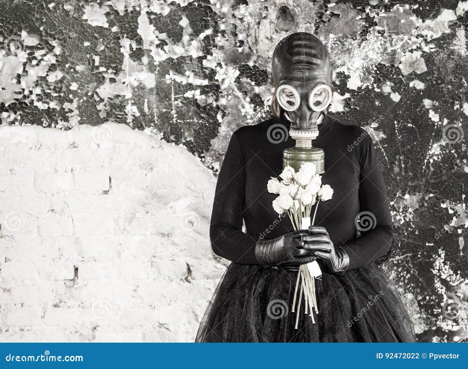 A menina em uma máscara de gás A ameaça da ecologia