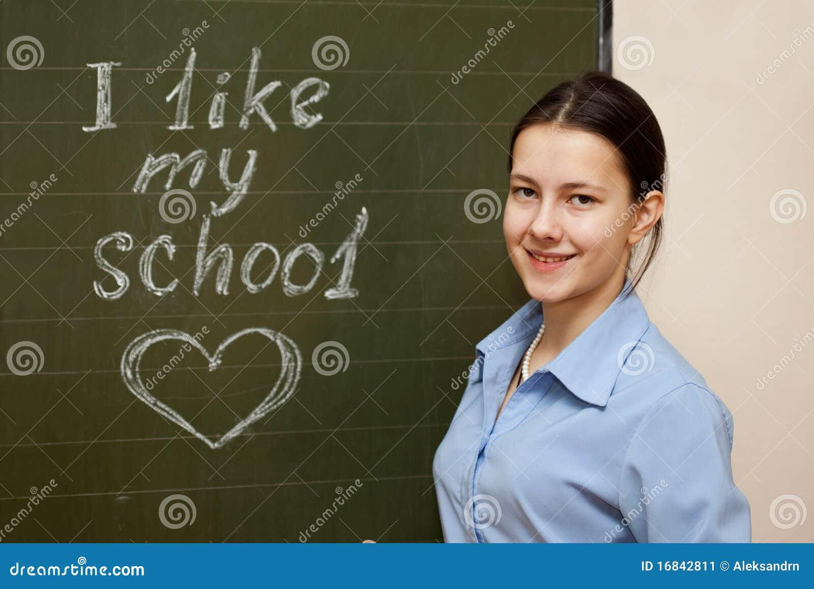 Menina em uma placa de escola