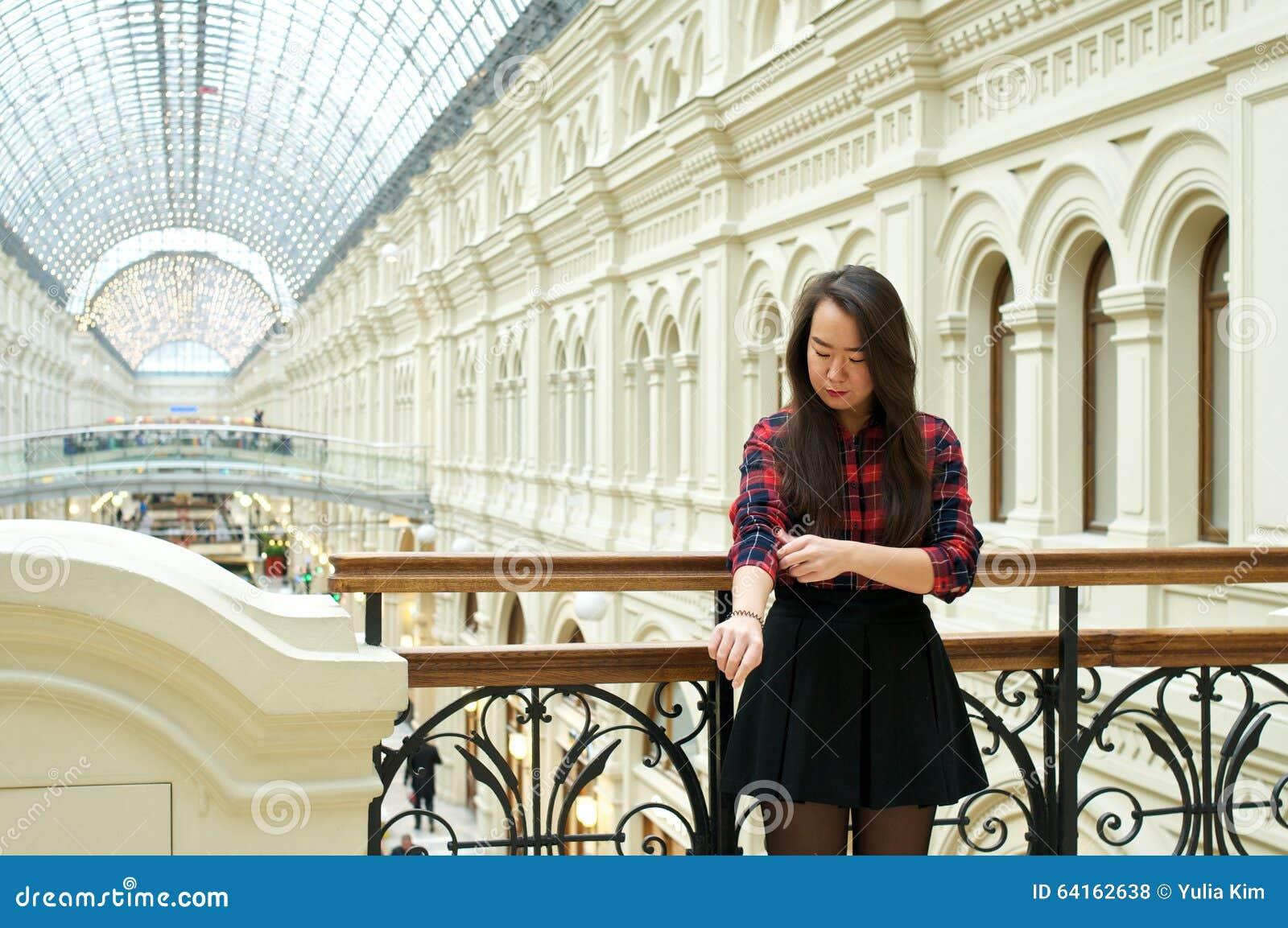 Menina em uma ponte com trilhos