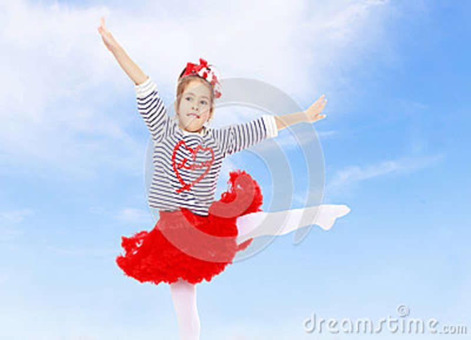 Menina em uma saia vermelha e curva em sua cabeça