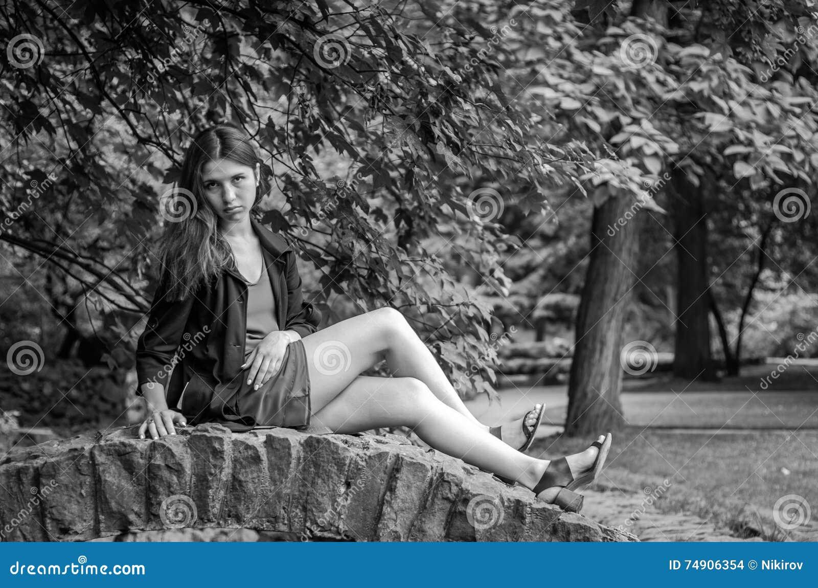 Menina encantador nova o adolescente com cabelo longo que anda no parque no dia de verão ensolarado quente de Lviv Striysky na na