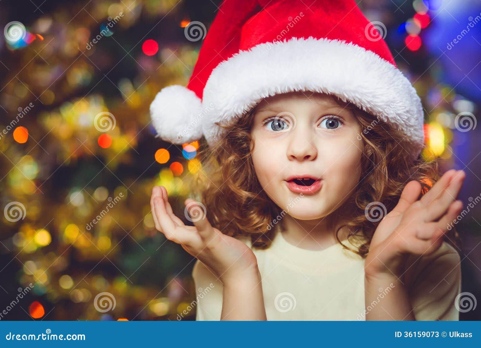 Menina encaracolado no chapéu de Santa