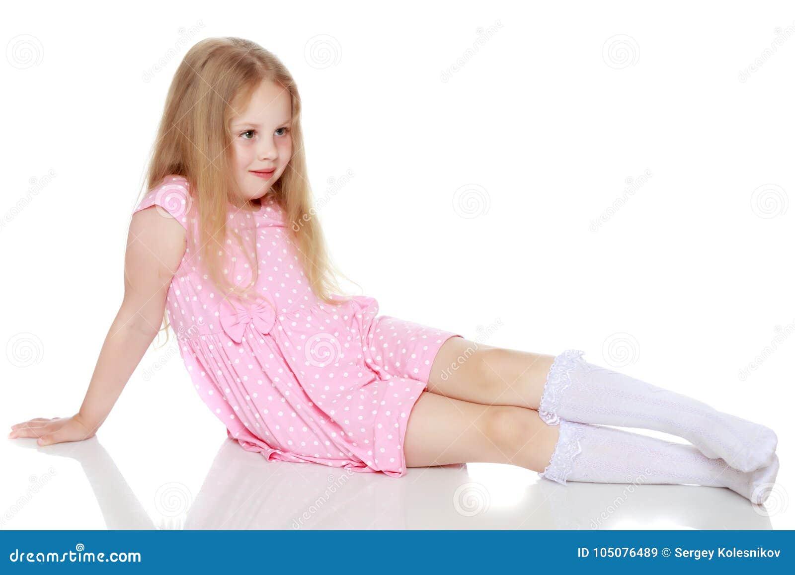 A menina encontra-se no assoalho