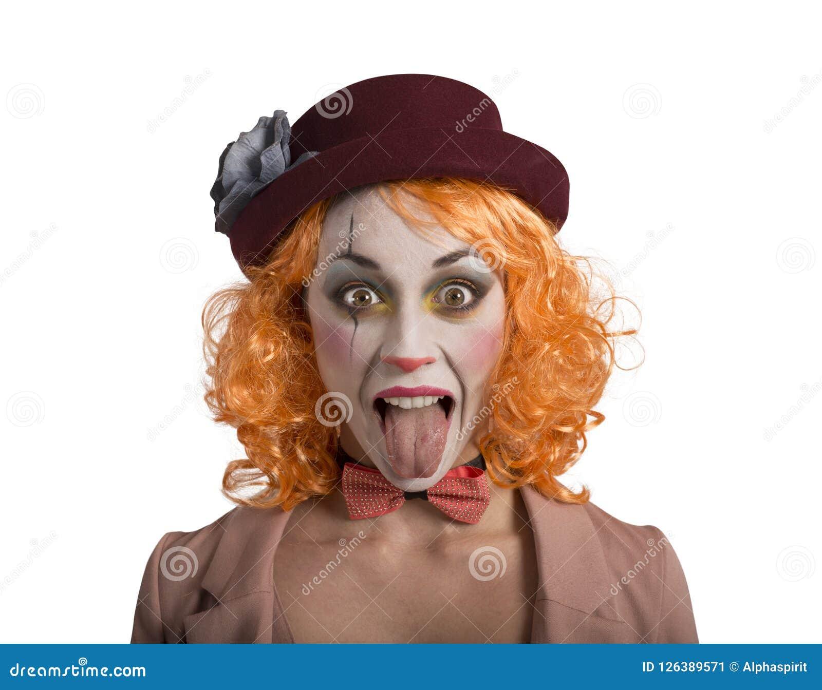 Menina engraçada da menina do palhaço da careta com língua fora