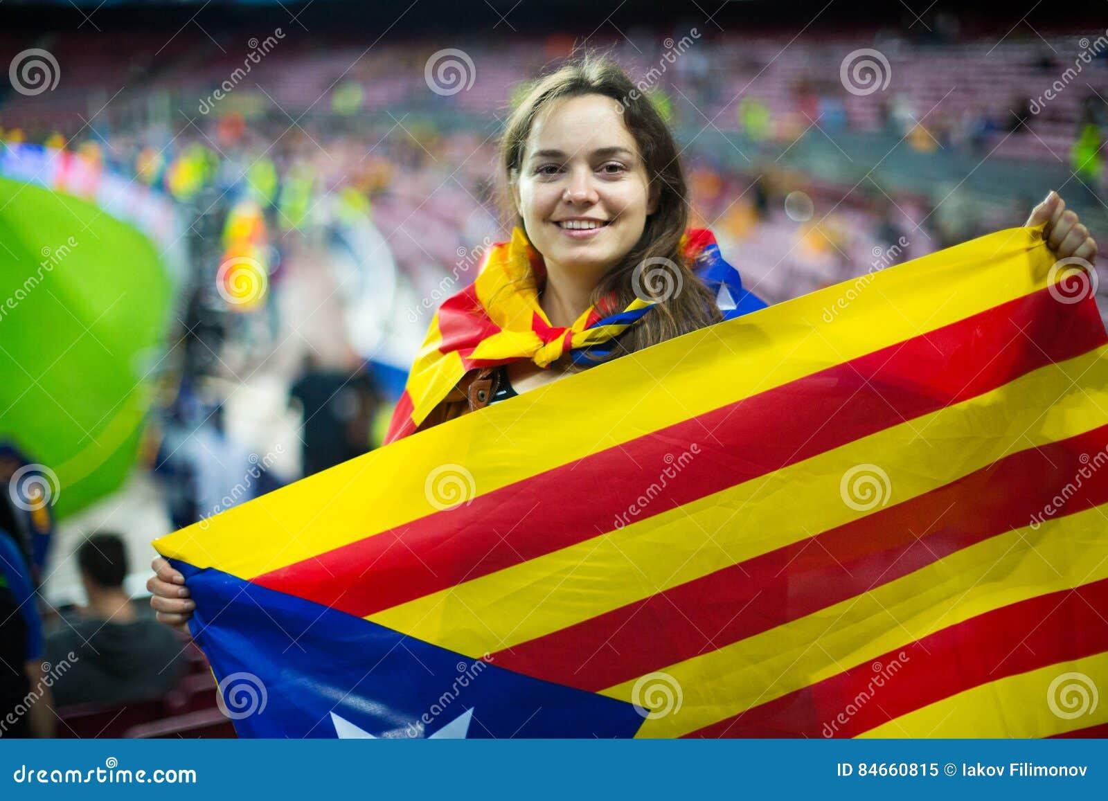 Menina entusiasmado com bandeira de Catalonia