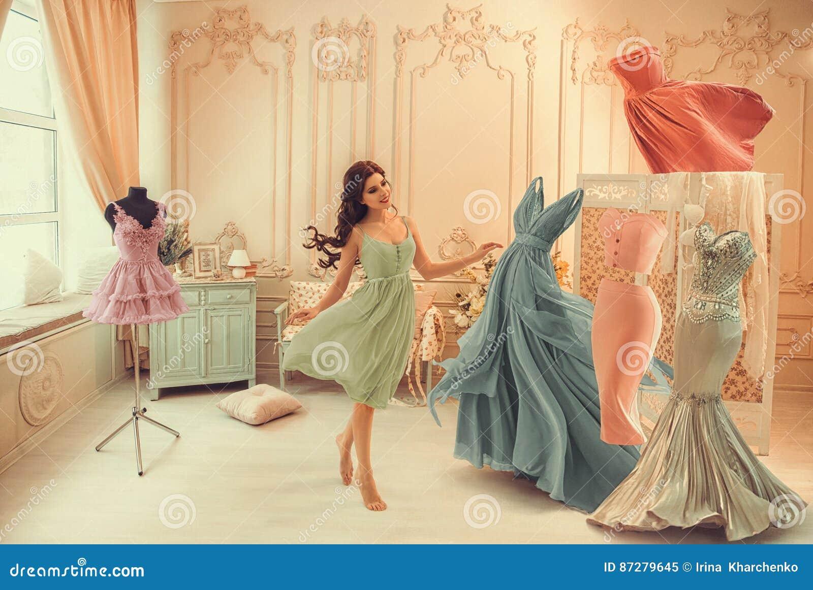 A menina escolhe um vestido