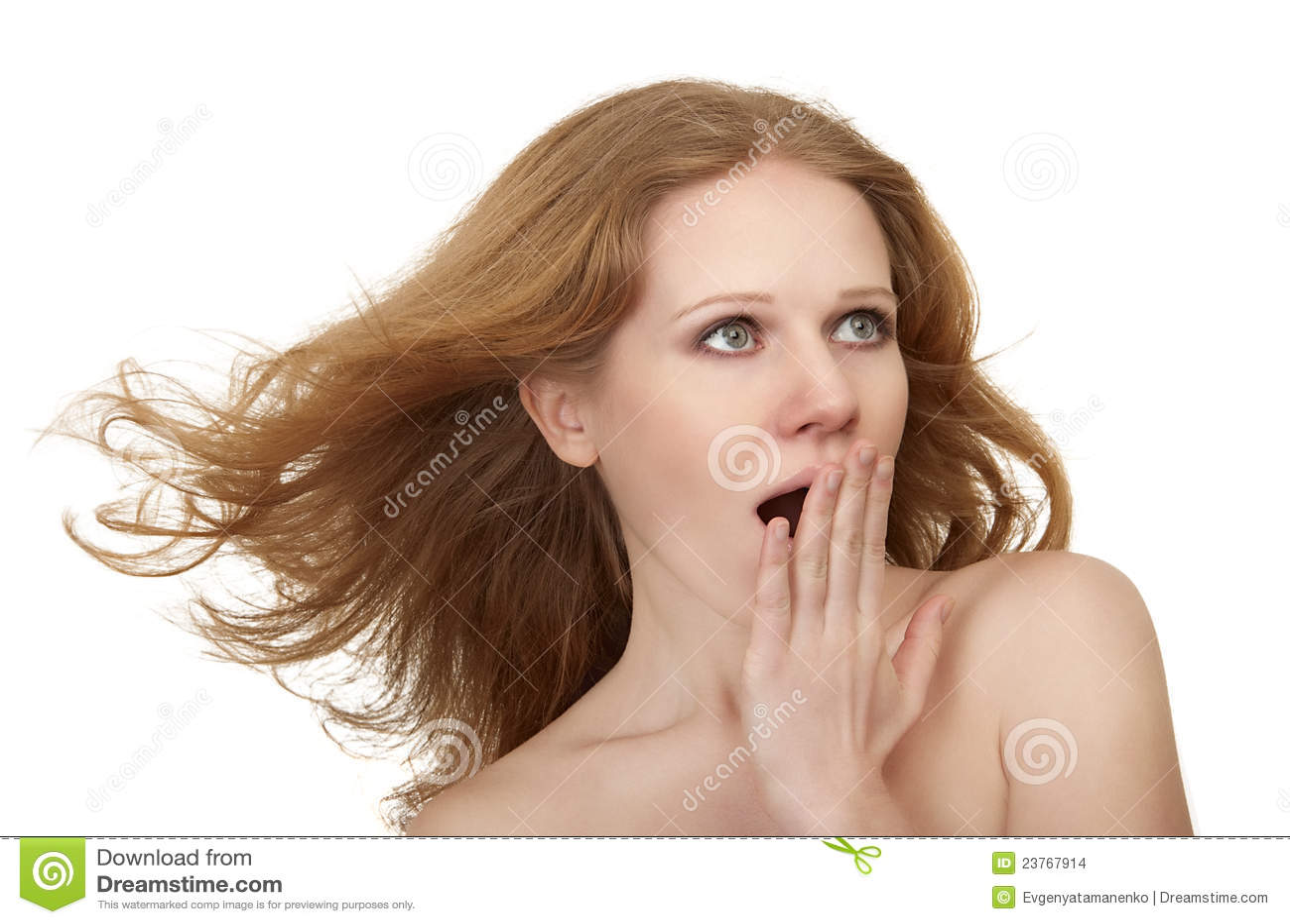 Menina espantada surpreendida beleza com cabelo de fluxo