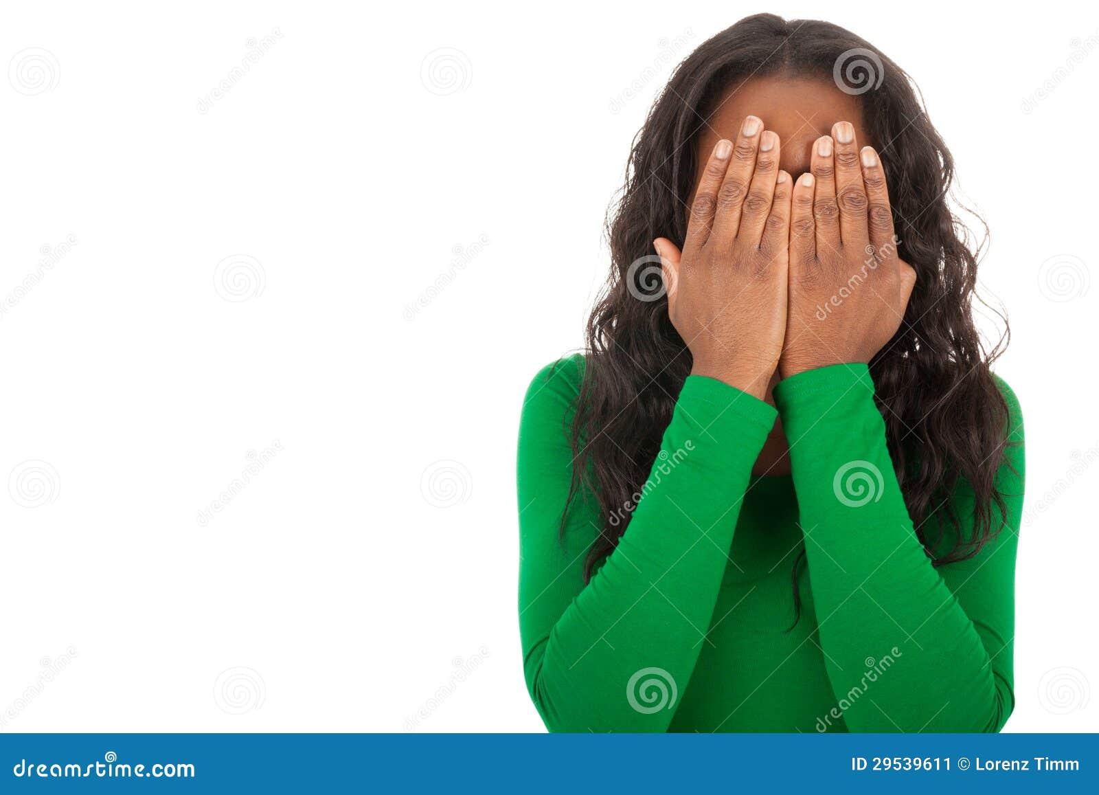 A menina está cobrindo os olhos com suas mãos
