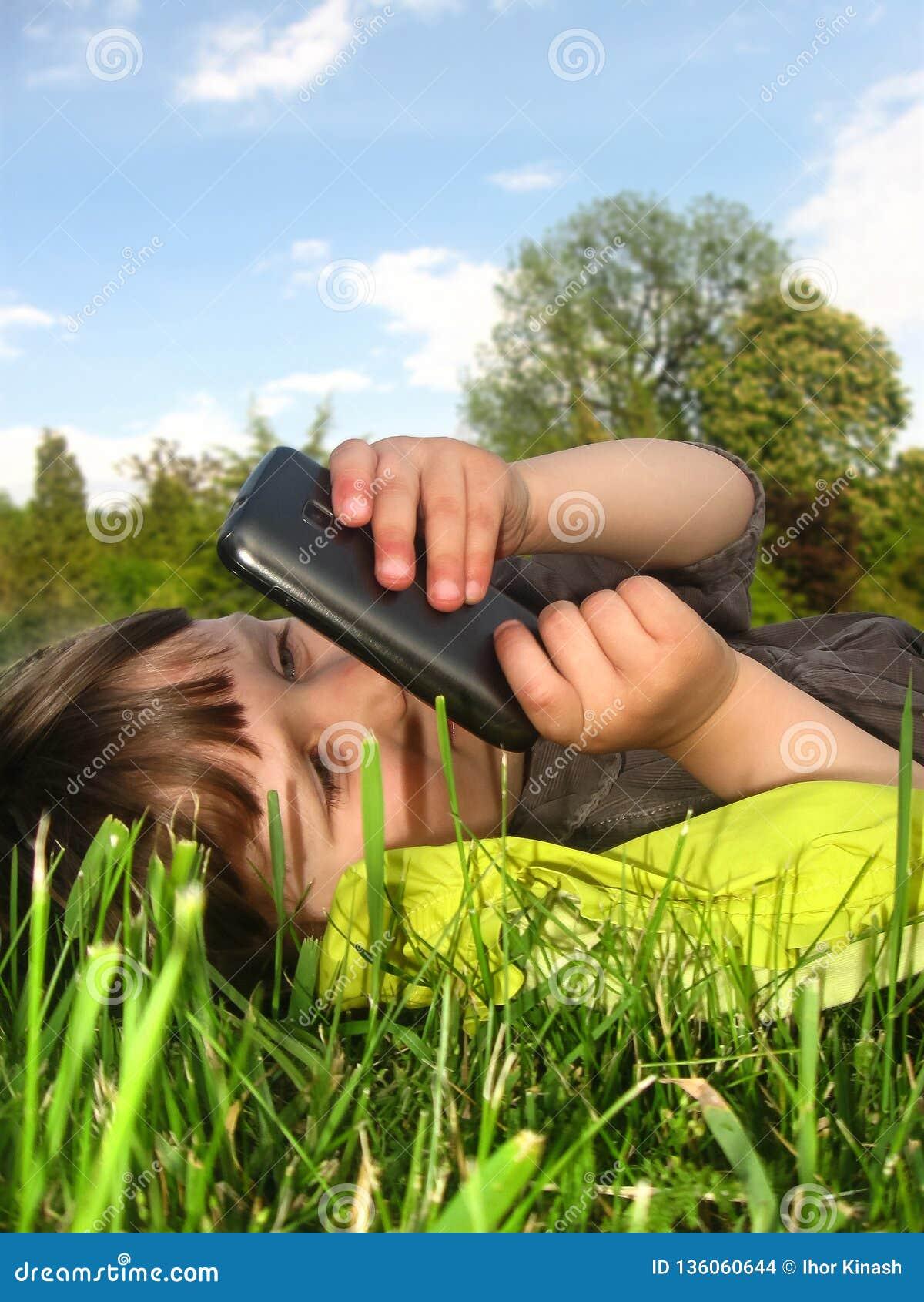 A menina está descansando no gramado