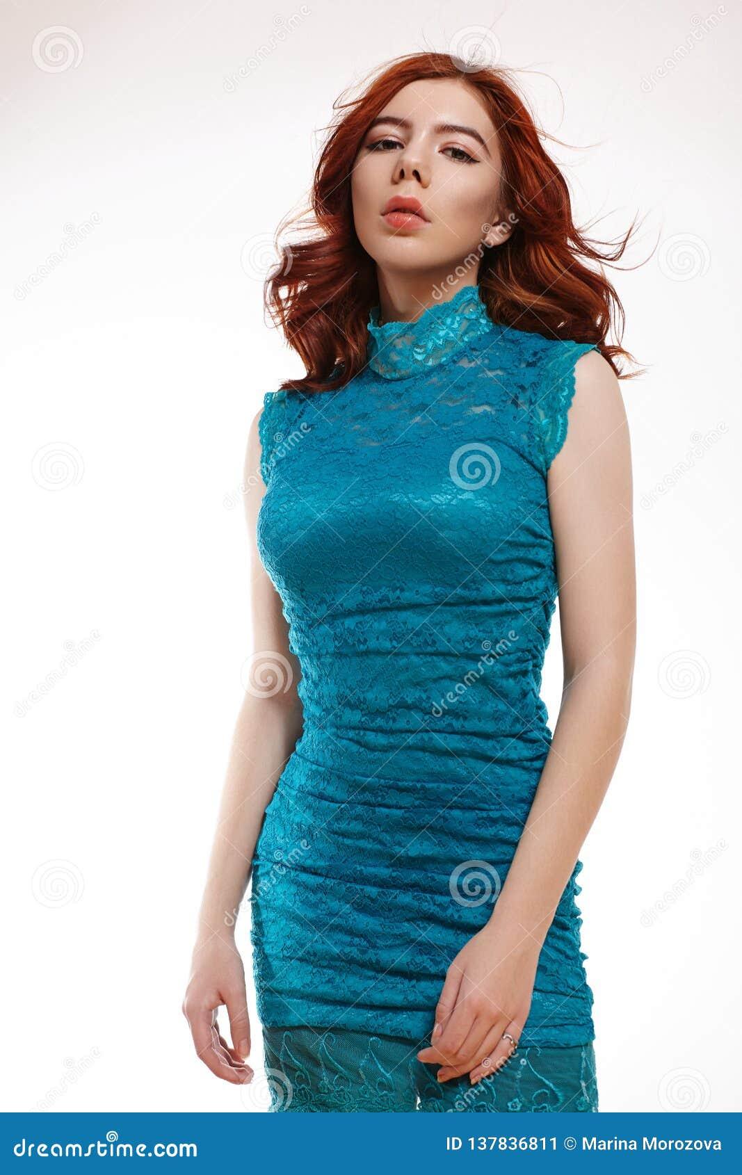 Menina europeia romântica com Ginger Hair brilhante Menina macia bonito do adolescente com cabelo vermelho encaracolado em Lacy D