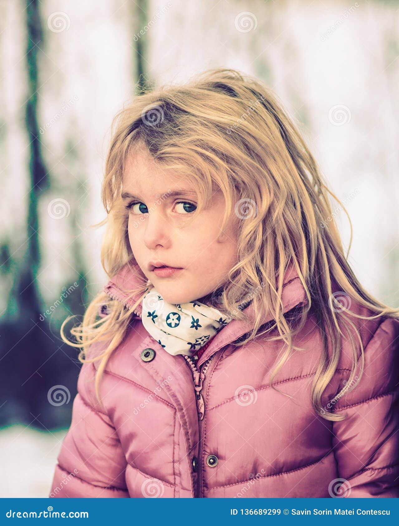 Menina eyed azul loura vestida acima para o inverno