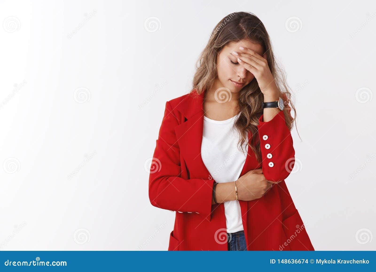 A menina faltou a possibilidade afortunada que lamenta fazendo o gesto do facepalm, guardando o olhar da testa da mão abaixo da v