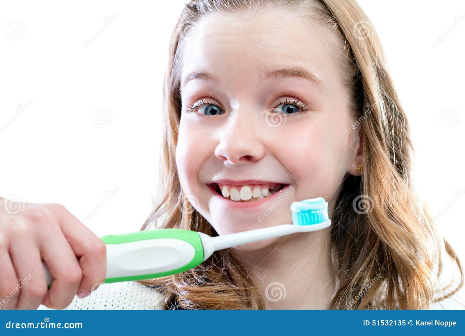 Menina feliz aproximadamente para escovar os dentes