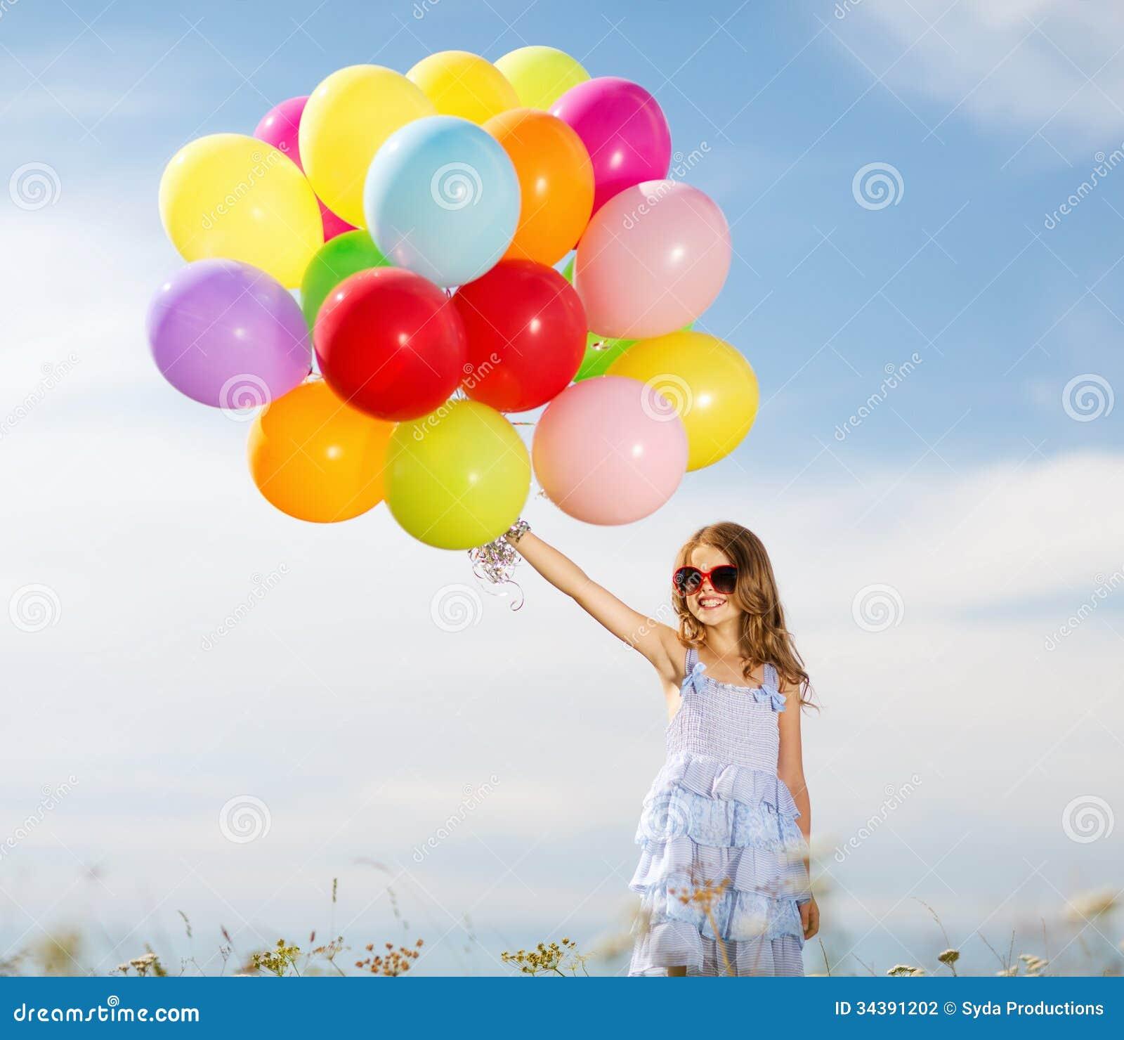 Menina feliz com balões coloridos