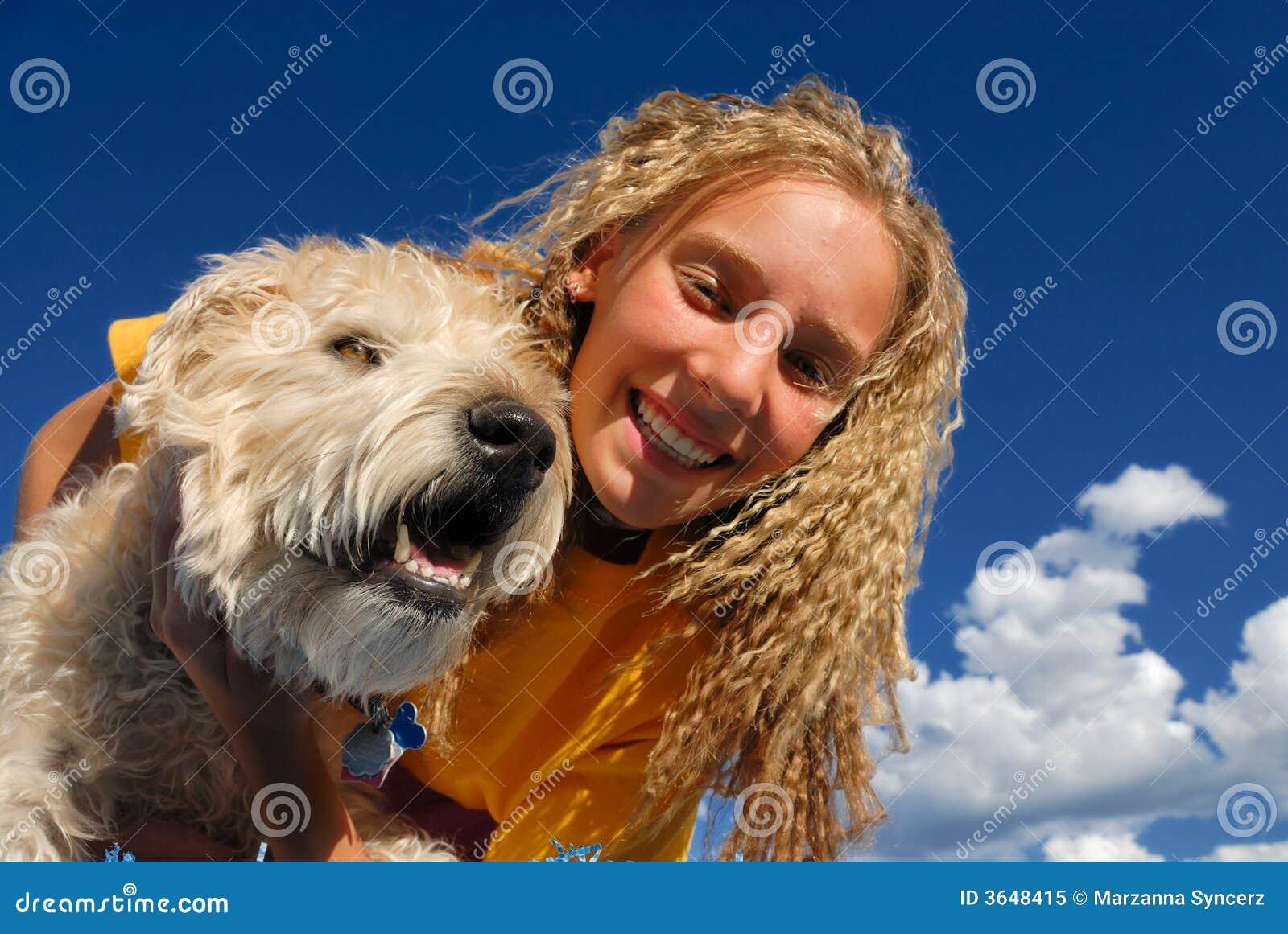 Menina feliz com cão