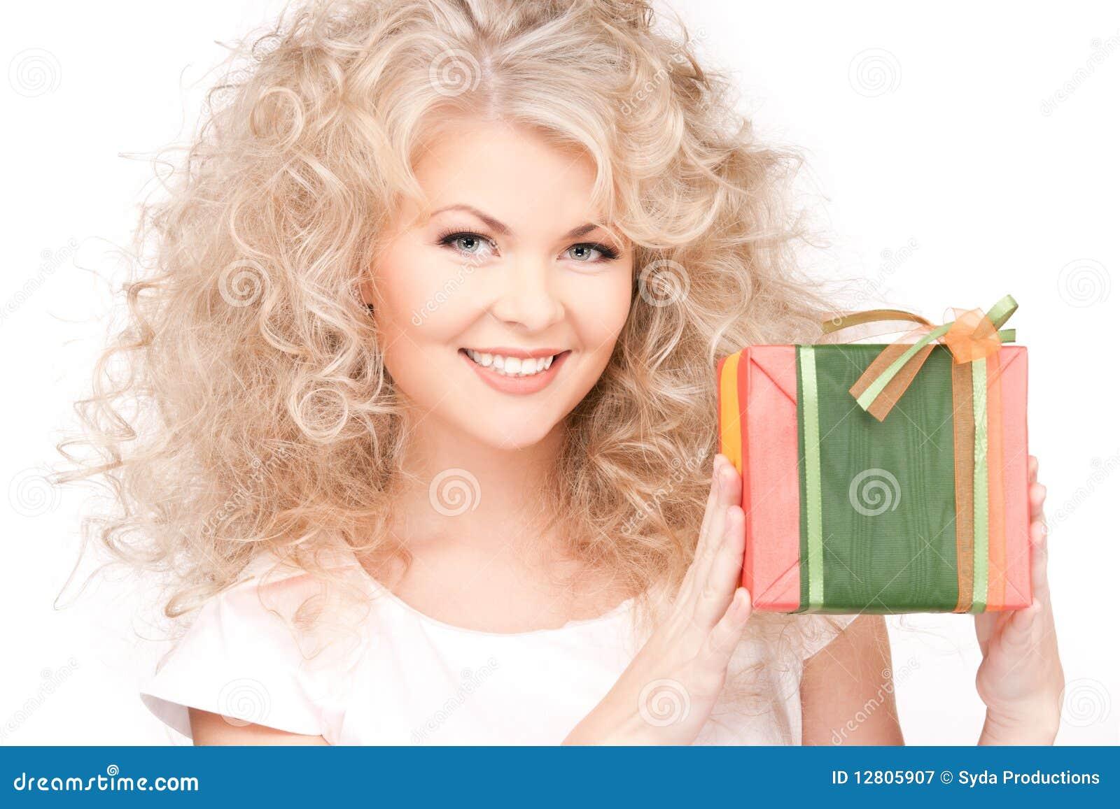 Menina feliz com caixa de presente
